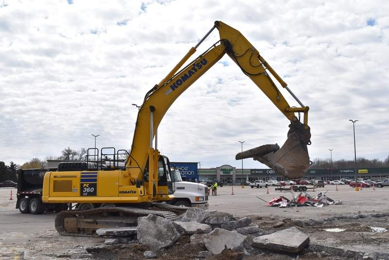 Site work was ramping up Thursday for the new Taco Bell restaurant slated to open later this year at the Southtowne Shopping Center on Du Quoin's south side. The $1.3 million development will span about 2,500 square feet and create between 18 and 30 full- and part-time jobs. Restaurant entrepreneur John Moroney operates W & M Restaurant Co., which runs Taco Bell locations in both Illinois and Missouri. Moroney's business also operates the Taco Bell location in nearby Carbondale.