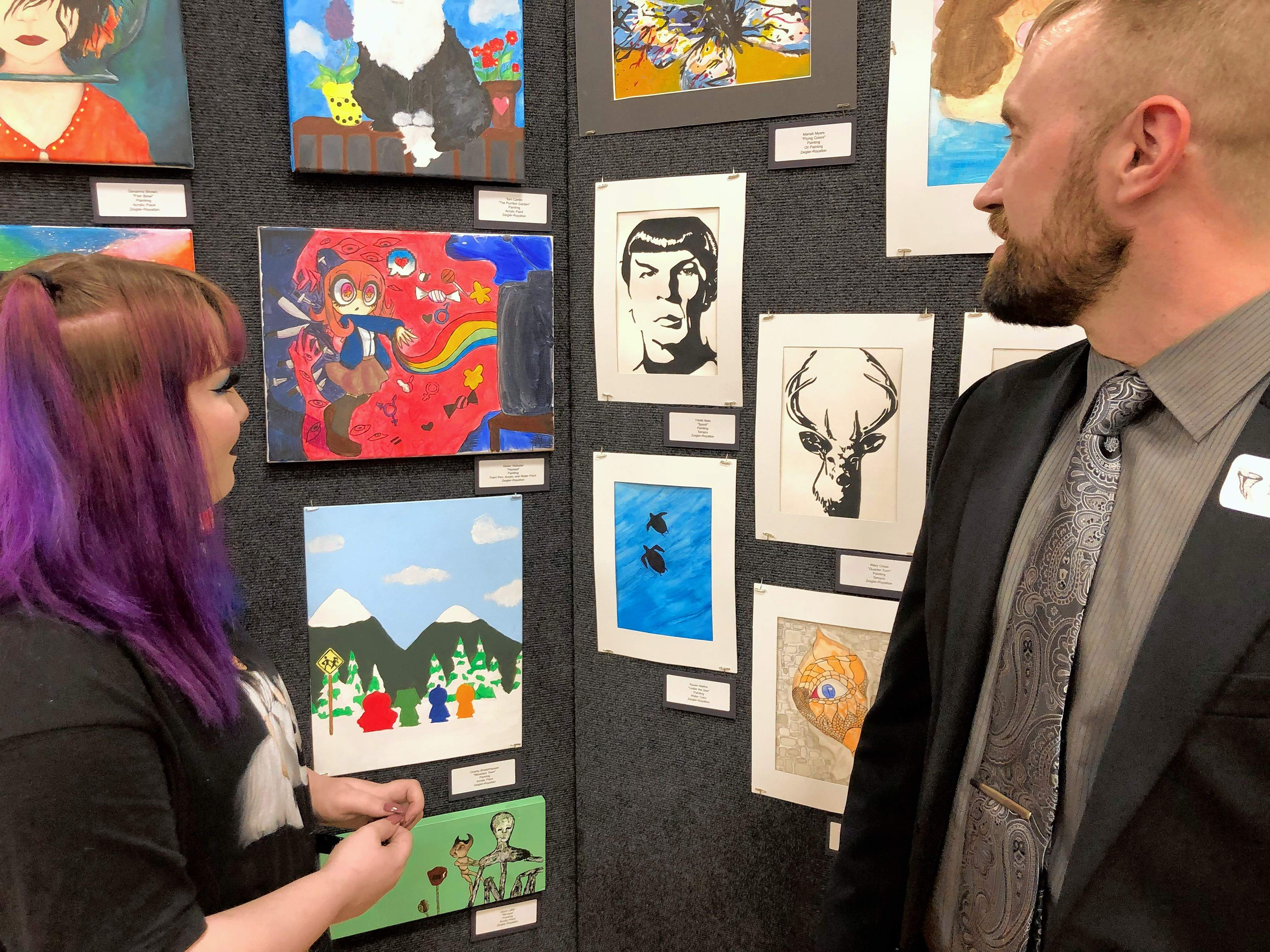 Michael Berry, right, discusses some art pieces with Sesser-Valier sophomore, Jessi Senior.