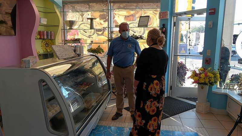 Tammy Chandler, owner of Granny Pickett's Cupcakes in Herrin meets with Sen. Dale Fowler.